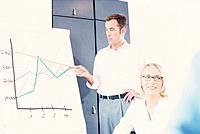 Geschäftsfrau Geschäftsmann Konferenz Schulung Vortrag Seminar Flipchart Diagramm Kurvendiagramm