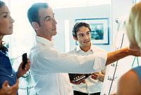 Geschäftsleute Geschäftsfrau Geschäftsmann MeetingBesprechung Konferenz Flipchart Grafik