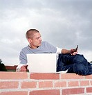 Junger Mann mit Laptop und Handy | Young Man with Laptop and Mobile Phone | fully-released