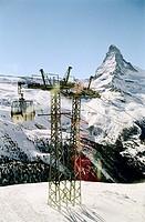 Gondel und Pfeiler einer Seilbahn vor Matterhorn - Zermatt - Schweiz   Gondola and Pylon of an Aerial Passenger Line in front of Matterhorn - Zermatt ...