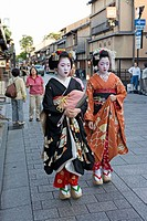 ´Maikos´ (geisha apprentices) walking to their evening appointment in the traditional quarters of Gion and Pontocho. Kyoto. Kansai, Japan