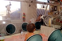 IMMUNE DEFICIENCY<BR>Photo essay.<BR>Necker Hospital for Children in Paris, France. Immune-deficient child.  Cleaning the baby bubble.