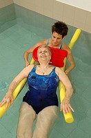 REHABILITATION, ELDERLY PERSON<BR>Photo essay.<BR>Balneotherapy session in retirement home. Muscle building to maintain mobility. Aquagym.