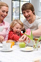 Family, young, cheerfully, breakfasts, portrait, series, broached people, 20-30 years parents mother father child, boy, son, 3-5 years, happily, fun, ...