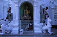 Yangon, labourers painting the Shwedagon Pagoda