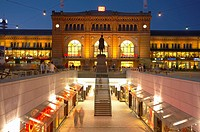 Germany, Lower Saxony, Hanover, Niki-de-Saint-Phalle-Promenade, main train station, evening,
