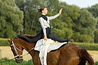Vaulting lady during Kur, splits on horseback
