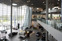 MERCEDES SHOWROOM, MERCEDESSTRASSE, STUTTGART, GERMANY, UNKNOWN OR N/A, INTERIOR, VIEW FROM THE STAIRCASE, TOWARDS THE ENTRANCE