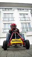 Kettcar-driver with helmet