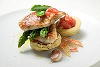 Tart shells with red mullet, asparagus and tomatoes