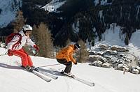 Austria, Salzburger Land, Altenmarkt_ Zauchensee, Young couple skiing, side view