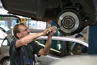 Offenburg, DEU, 07.06.2006: Workshop of the S+G automobile AG, a nation wide Daimler Chrysler A-appointed dealer. Mechanic Leonhard Musiol works on th...