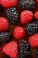 Close_up of blackberries and raspberries