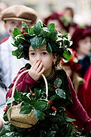 Child dressed in the beginning of Christmas in this town where the Shakespearian Revoulición was frozen this industrial town in the nineteenth century...