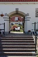 HV761531 Wohnhaeuser in der Altstadt von Zandvoort, Treppe undTorbogen, Zugang zu einem von Haeusern umschlossenen begruenten Hof