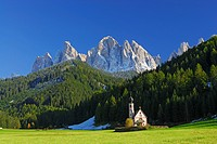 Church St. Johann beneath Geislerspitzen range, Dolomites, valley Villnoesser Tal, Villnoess, South Tyrol, Italy