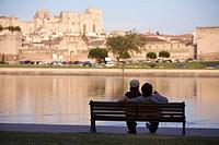 France, Vaucluse, Avignon, couple on the Rhone river banks