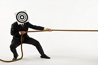 Businessman pulling rope with bull´s eye on face