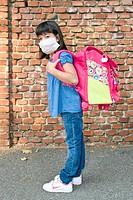 primo giorno di scuola, bambina con mascherina