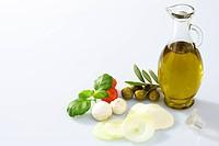 oliven mit zweig und olivenöl