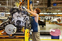 Sterling Heights, Michigan - Members of the United Auto Workers union assemble the 2007 Chrysler Sebring sedan at DaimlerChrysler´s Sterling Heights A...