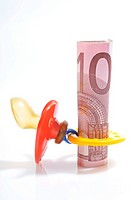 Comforter and 10 Euro banknote, increase of child benefits