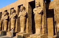 Karnak Tempel, Osiris Statuen im Innenhof des Tempels von Ramses III, Egypt, Luxor