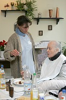 Heidelberg, DEU, 15.12.2004 care in a home for the elderly near Heidelberg, dispensing the medicine