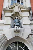 Statue of male Blue Coat pupil on exterior of Sir John Cass´s Foundation Primary School in Aldgate, London, England, UK  A Blue Coat School, was origi...