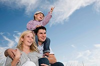 Germany, Schleswig Holstein, Amrum, Family together, son 3_4 pointing, portrait, close_up