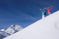 Skifahren vor der Kulisse von Piz Palü und Piz Bernina