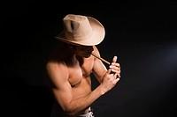 Muskulˆser Cowboy raucht Zigarre
