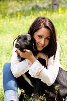 ragazza abbraccia il suo cane, esterni