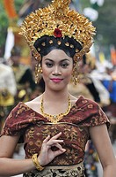 Denpasar (Bali, Indonesia): Balinese dancer on parade at the Bali Arts Festival's opening