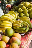 Mangoes, Bananas, apples and pineapple on a framer´s market stall