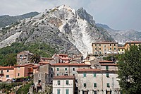 VILLAGE OF TORANO, TRADITIONALLY INHABITED BY MARBLE SCULPTORS, IN FRONT OF THE WHITE MARBLE QUARRIES OF CARRARA, TORANO VALLEY, WORLD MARBLE CAPITAL,...