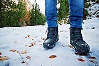 Detalle de botas de nieve paseando por un paisaje nevado, Parc Natural de Aiguestortes i Llac de Sant Maurici, Catalunya, Spain