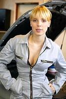 Sexy KFZ Mechanikerin in der Werkstatt,woman young female motor mechanic at a garage