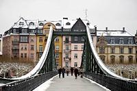Eiserner Steg iron footbridge leading from the historic district to Sachsenhausen district, Frankfurt am Main, Hesse, Germany, Europe