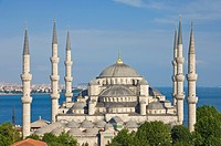 The Blue Mosque Sultan Ahmet Camii with domes and six minarets, Sultanahmet, central Istanbul, Turkey, Europe