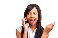 Junge Afrikanerin telefoniert vergnügt mit ihrem Handy