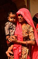 India, Rajasthan, Jaipur, mother and child,