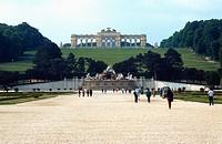Austria, Vienna, view of Neptune´s fountain and Gloriette in background at Schonbrunn Gardens