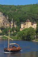 La Roque Gageac, Malartrie Castle, Perigord, River Dordogne, Dordogne River, Tourist boat, gabare boat, Tour boats, Dordogne valley, Perigord Noir, Aq...