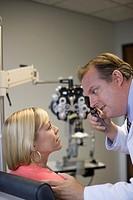 Eye doctor checking woman´s eyes