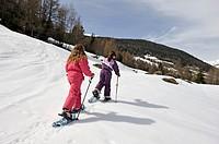 petites filles en raquettes,Sainte-Foy-Tarentaise,departement de Savoie,region Rhone-Alpes, France,Europe//little girls walking with snowshoes,Sainte-...