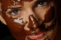 Natural cosmetics : chocolate _ face of a young woman