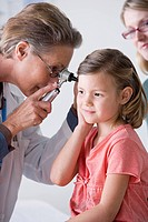 Female doctor examining small girl 4_5