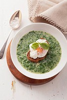 Spinach soup with a poached egg