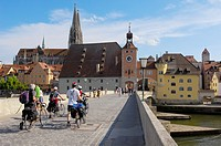 Stone Bridge over Danube River and St Peter´s Cathedral in background, Regensburg, Upper Palatinate, Bavaria, Germany